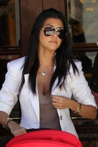 Фото красивая девушка темными волосами в очках