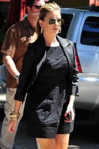 женщина в черном одежде и очках