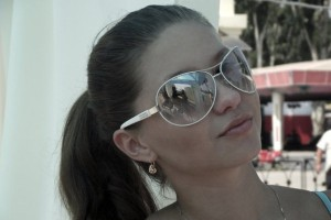 брюнетка в солнечных очках
