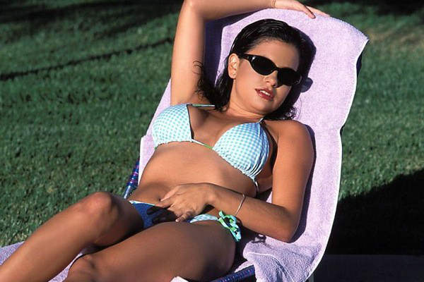 фото девушка в купальнике в солнечных очках