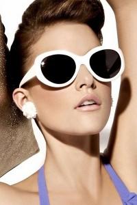 фото девушка брюнетка в солнечных очках