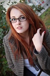 Девушка в очках и кофточке
