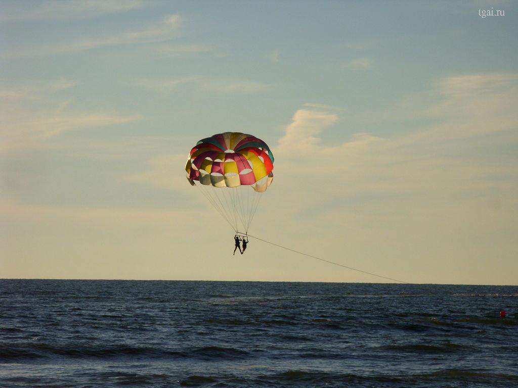 Отдых на море. Полет на парашюте над морем