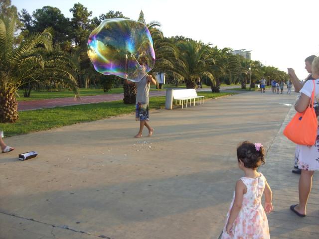 Батумский приморский парк, мыльные пузыри