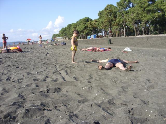 Пляж с магнитным песком.