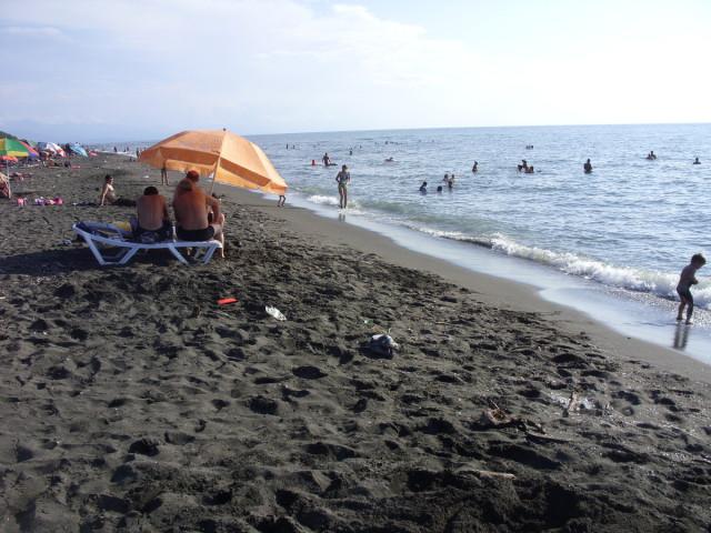 Пляж с магнитным песком — Уреки.