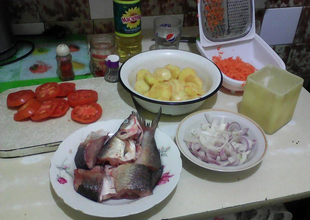 ձուկ, կարտոֆիլ, սոխ, գազար, լոլիկ, բուսական յուղ, աղ, աղացած պղպեղ